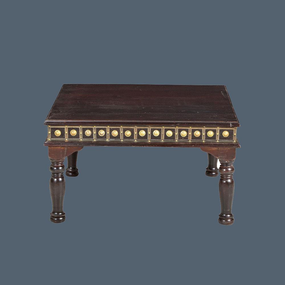 couchtisch in antik finish mit messing beschl gen. Black Bedroom Furniture Sets. Home Design Ideas