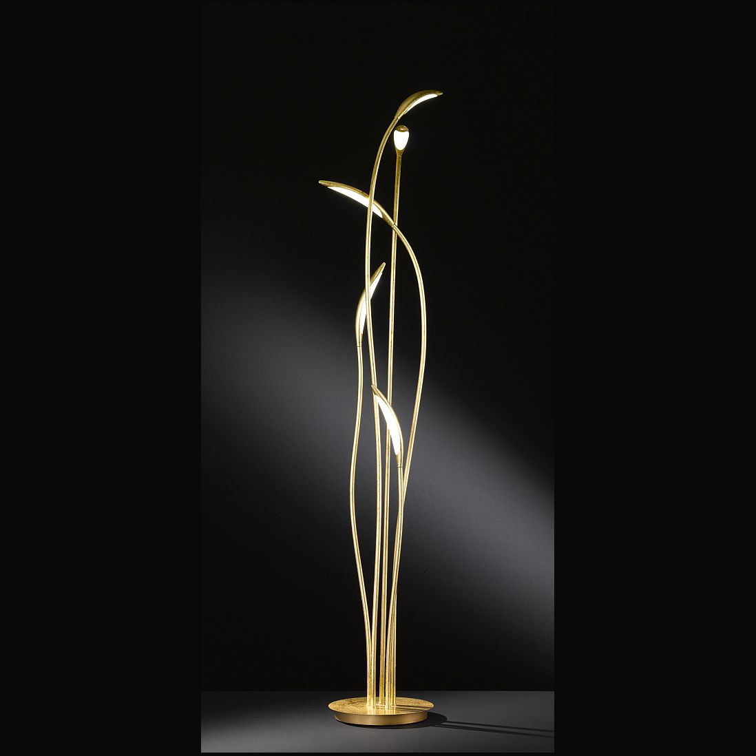 Stehlampe Mit Led In Mattem Gold Fliessenden Formen
